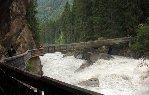 Die Tiroler Ache stürzt sich mit jeder Menge Getöse talwärts. (Foto Ulrike Katrin Peters)