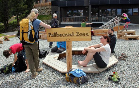 Erfrischt nicht nur die Großen: die Fußbaumel-Zone am Widiversum. (Foto Ulrike Katrin Peters)