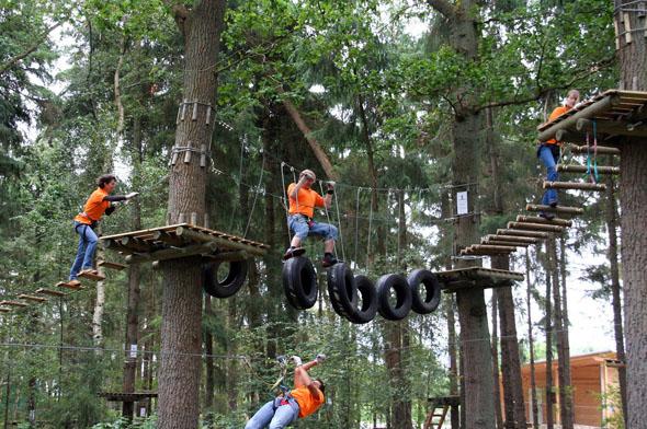 """Unweit des Bernsteinsees in Wiefelstede im Ortsteil Conneforde findet man den Kletterpark """"Forest 4 Fun"""" mit seinen vielen Outdoor-Abenteuern. (Foto: djd)"""