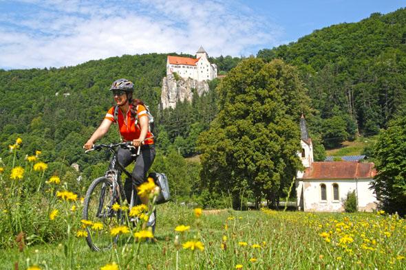 Der Fünf-Flüsse-Radweg ist gespickt mit Kulturschätzen wie beispielsweise die Burg Prunn. (Foto: djd)