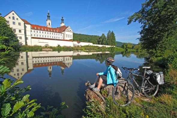 Zu den kulturellen Sehenswürdigkeiten entlang des Fünf-Flüsse-Radwegs gehört auch Kloster Pielenhofen an der Naab. (Foto: djd)