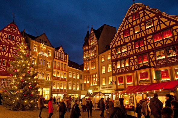 Die malerische Kulisse und das außergewöhnliche Rahmenprogramm machen den Weihnachtsmarkt in Bernkastel-Kues zu etwas Besonderem. (Foto: Ketz)