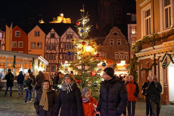 Mehr als 40 festlich dekorierte Weihnachtsstände sind über die mittelalterliche Altstadt von Bernkastel-Kues verteilt und bieten alles, was zum Advent und Weihnachtsfest dazu gehört. (Foto: Arnoldi)