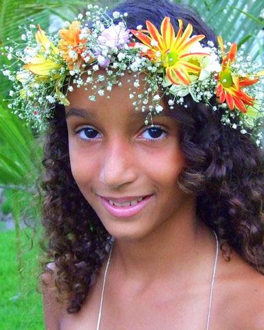 Einfach entzückend: ein Amazonas-Mädchen mit Blumenschmuck. (Foto Katharina Büttel)