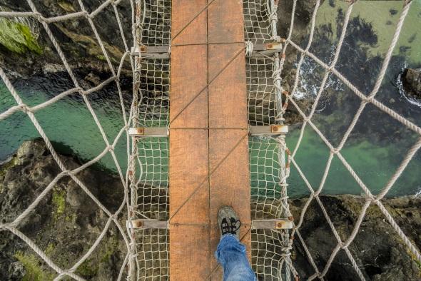Carrick-a-Rede Rope Bridge in der nordirischen Grafschaft Antrim: Bloß nicht runter schauen! (Fotos Tourism Northern Ireland)