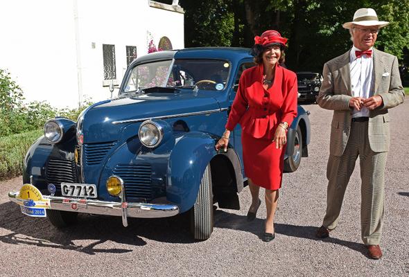 Am 27. August führen König Carl XVI. Gustaf und Königin Silvia von Schweden die Königsrallye auf Öland mit einem dunkelblauen Volvo PV 60 von 1946 an. (Foto Hans Ranestål)