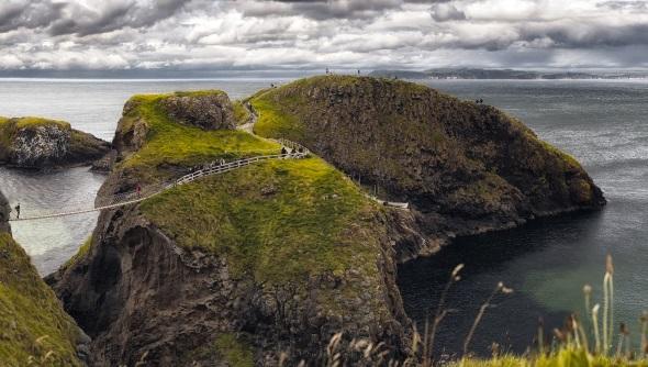 Die Seilbrücke verbindet die vorgelagerte Insel mit dem Festland.