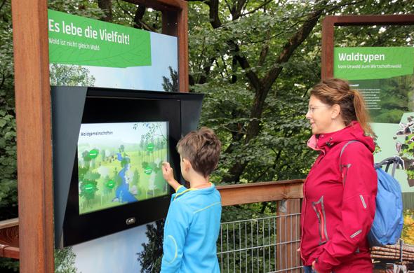 An sechs Wissens-Stationen in den Bäumen vermitteln Filme, Bilder, Grafiken und Spiele Einblicke in Flora und Fauna. (Foto Karsten-Thilo Raab)