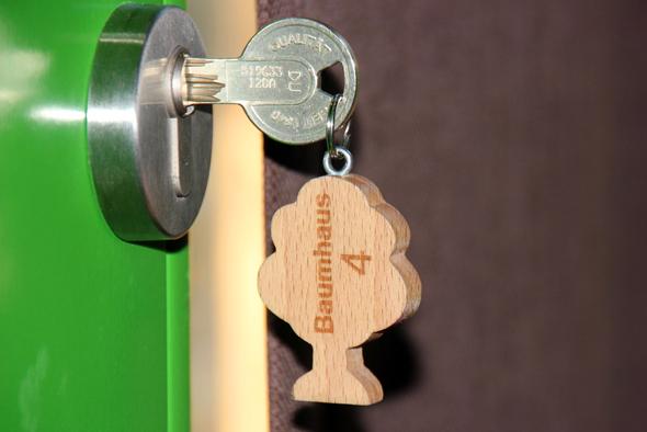 Das Holzkonzept greift selbst noch beim Schlüssel für das Baumhaus. (Foto Karsten-Thilo Raab)