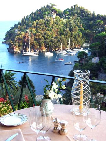 Terrassenblick auf die Hafeneinfahrt von Portofino. (Foto Katharina Büttel)