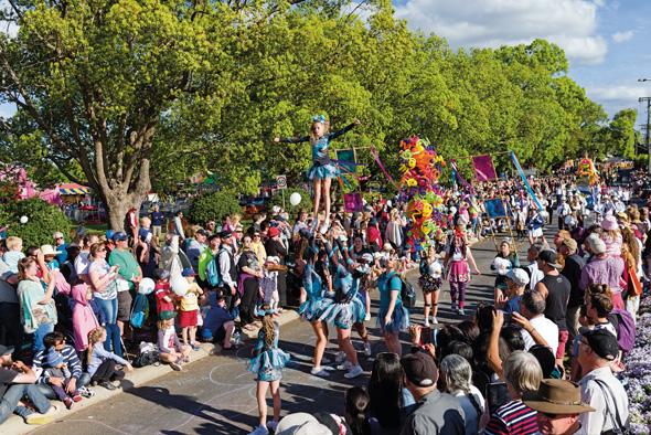 Die Straßenparade ist der traditionelle Höhepunkt beim Carnival of Flowers in Toowoomba.