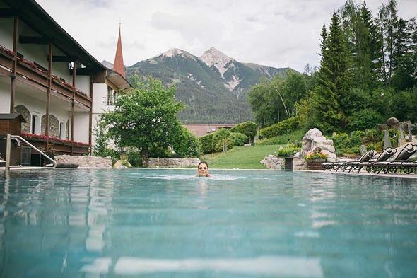 Im Außenpool lassen sich entspannt ein paar Bahnen mit Blick auf die Berge ziehen. (Fotos Hotel Klosterbräu)