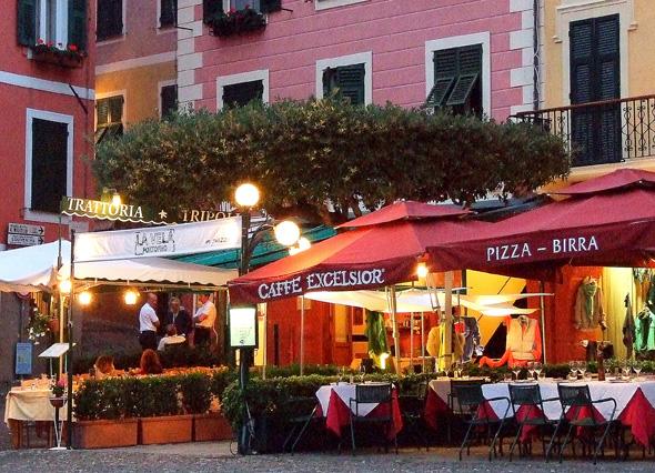 Ligurien gibt sich überaus einladend, und nicht nur, wenn es Nacht wird in den Trattorien... (Foto Katharina Büttel)