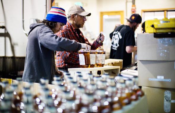 In der örtlichen Distillerie wird noch echte Handarbeit zelebriert. (Foto Breckenridge Distillery)