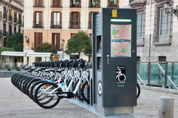 Die modernen Räder können wir zwei Euro die Stunde an vielen markanten Stellen im Stadtgebiet geliehen werden.
