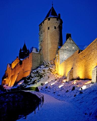 Im Winterkleid und stimmungsvoll beleuchtet, vermittelt die Burg Altena eine besondere Atmosphäre. (Foto: Märkischer Kreis)
