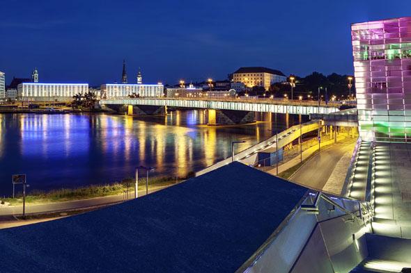 Linz fasziniert seine Besucher, besonders nachts, wenn sich in der Donau die bunten Lichterspiele der markanten Gebäude am Ufer spiegeln. (Foto: Johann Steininger)
