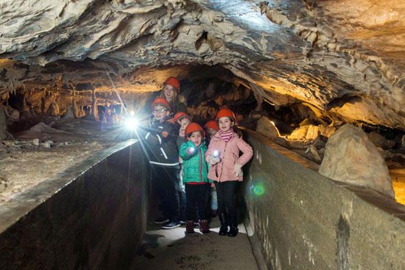 Bei einer abenteuerlichen Taschenlampenführung erkunden Kinder die Rübeländer Tropfsteinhöhlen. (Foto: J. Reichel)