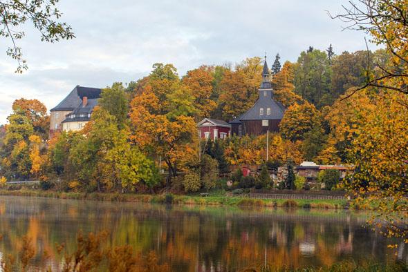 Der Stieger See mit Schloss und Kirche bietet im Herbst ein beschauliches Bild. (Foto: J. Reichel)
