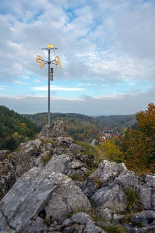 Tief unterhalb der Ruine Birkenfeld liegt das Bergdorf Rübeland malerisch im Tal der Bode. (Foto: J. Reichel)