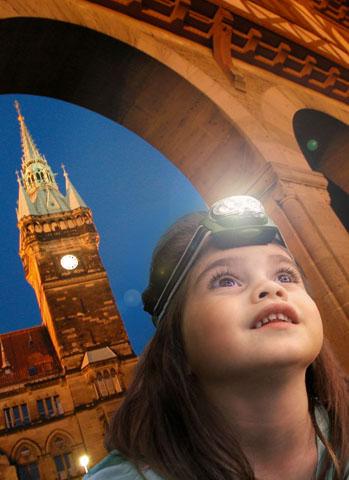 In der Braunschweiger Altstadt gehen die Kinder spannenden Geheimnissen mit der Taschenlampe auf den Grund. (Foto: djd)