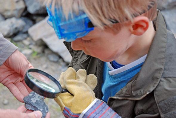 Auf dem Piesberg in Osnabrück gehen kleine Forscher auf Fossilienexpedition. (Foto: D. Barlag)