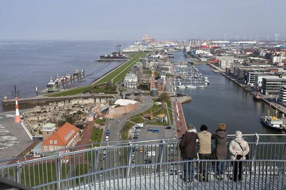 Auf der Aussichtsplattform genießen die Besucher die Rundumsicht über Bremerhavens Überseehäfen. (Foto: Helmut Gross)