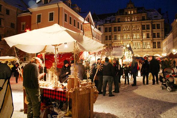 Kunsthandwerk und Spezialitäten aus Sachsen, Schlesien und Böhmen werden auf dem beliebten Markt angeboten. Neu ist in diesem Jahr eine Eislaufbahn. (Foto: L. Hummel)