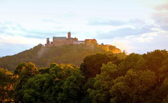 Blick auf die majestätische Wartburg, über der Stadt Eisenach am nordwestlichen Ende des Thüringer Waldes gelegen. Hier lebte Luther ab dem 4. Mai 1521 für rund 300 Tage und übersetzte die Bibel. (Foto: Christiane Würtenberger)