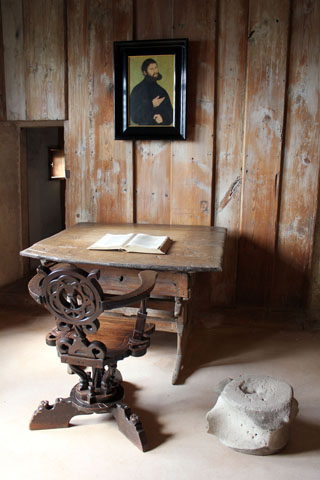 Die sogenannte Lutherstube auf der Wartburg in Thüringen. Die kleine Zelle diente dem Reformator als Unterschlupf und Ort der Bibelübersetzung. (Foto: djd)