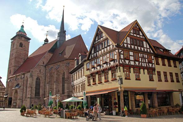 Ein prägender Lutherort in Thüringen ist auch Schmalkalden: Hier im Bild die Stadtkirche St. Georg und der Altmarkt. (Foto: Jessica Mintelowsky)