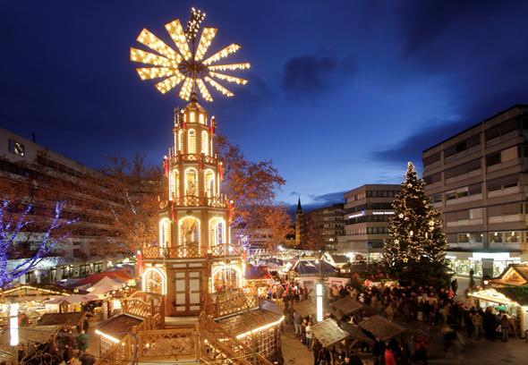 Es fällt nicht schwer, zu erahnen, woher der Goldene Weihnachtsmarkt in Pforzheim seinen Namen hat.