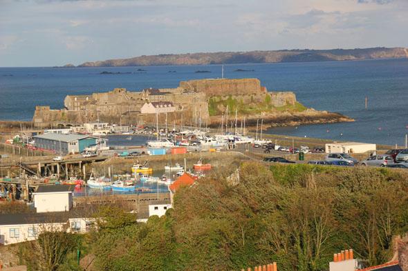 Der Hafen von St. Peter Port und Castle Cornet. (Foto Karsten-Thilo Raab)