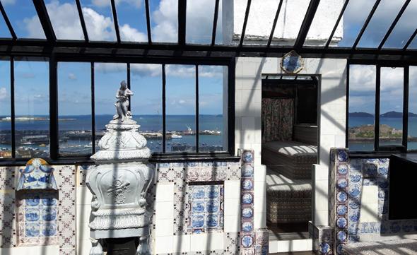 Blick aus Hugos Arbeitszimmer auf den Hafen von St. Peter Port und Castle Cornet. (Foto Karsten-Thilo Raab)