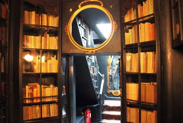 Gemahnt fast an eine Dunkelkammer: die Bibliothek von Victor Hugo im Hauteville House. (Foto Karsten-Thilo Raab)