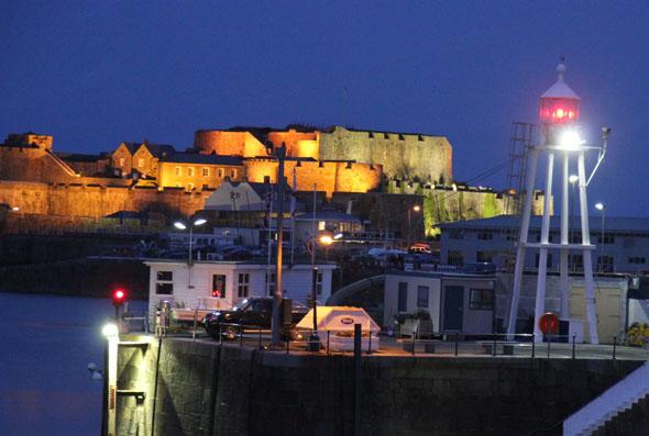 Der Hafen von St. Peter Port und Castle Cornet in der Abenddämmerung. (Foto Karsten-Thilo Raab)