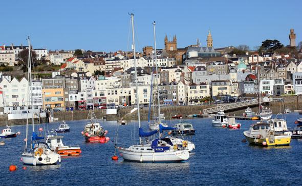 Die Inselhauptstadt St. Peter Port liegt an einem steilen Bergrücken. (Foto Karsten-Thilo Raab)