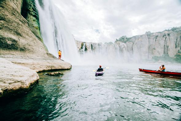 Mit dem Kanu können Wagenmutige sogar bis unter die Wasserfälle paddeln.