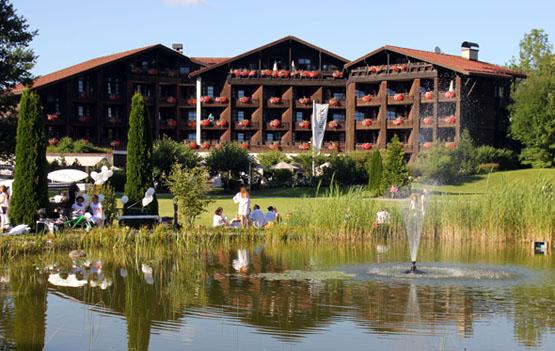 Blick auf das Lindner Parkhotel Oberstaufen vom Staufenpark aus. (Foto Karsten-Thilo Raab)