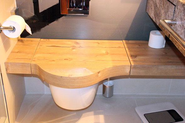 Ein praktischer Blickfang. Die hölzerne Sitzbank, die zugleich als Toilettendeckel fungiert. (Foto Karsten-Thilo Raab)