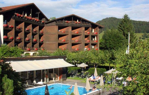 Mit den braunen Holzschindeln ist das Lindner Parkhotel Oberstaufen ganz im Stile typischer Allgäuer Häuser. (Foto Karsten-Thilo Raab)