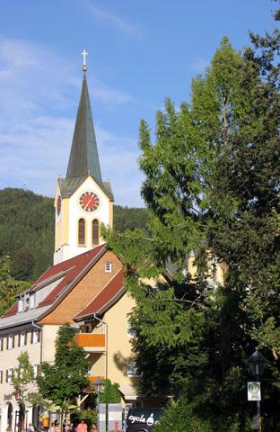 Die neugotische Kirche im Zentrum von Oberstaufen. (Foto Karsten-Thilo Raab)