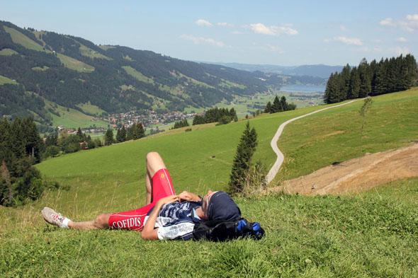 Wanderpause in Oberstaufen mit Blick auf den Alpsee. (Foto Karsten-Thilo Raab)