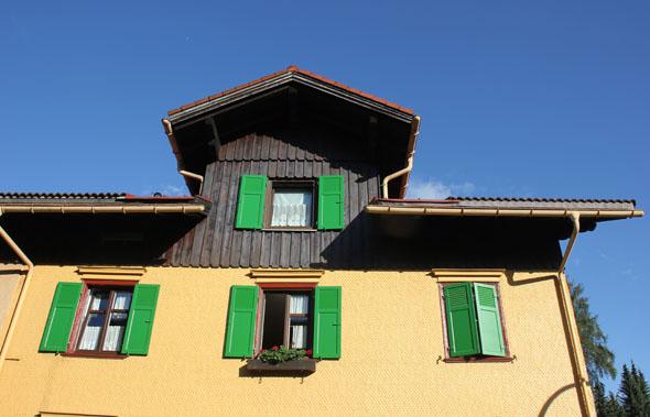 Hübsch anzusehen: ein Allgäu-typisches Haus in Oberstaufen. (Foto Karsten-Thilo Raab)