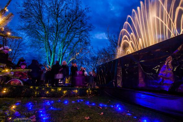 Prächtige Wasserspiele und Illuminationen sind fester Bestandteil des Offenburger Weihnachtsamrkts.