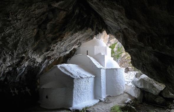 In über 1000 Metern Höhe in einer Höhle des Kerkis Massivs befindet sich die Panagia Makrini. (Foto Rainer Kastl)