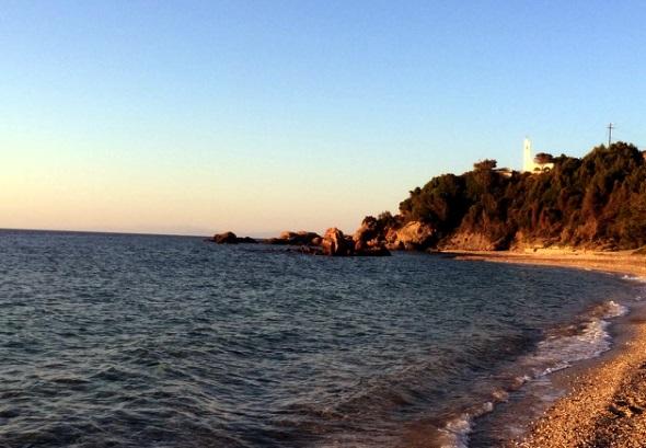 Die Kirche Agios Nikolaos überblickt den Strand von Potami. Von der Kirche führt ein Küstenwanderweg bis zum Strand. (Foto F.O.S. Friends of Samos)