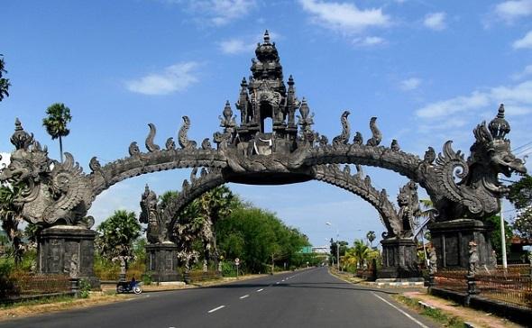 Bali ist auch berühmt für seine spektakulären Bauwerke wie hier in Gapura.