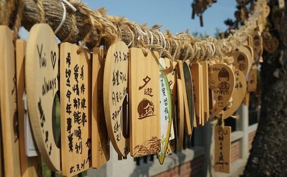 Zu den prunkvollen Tempelanlagen gehören auch die deutlich sichtbaren Wunschtafeln.