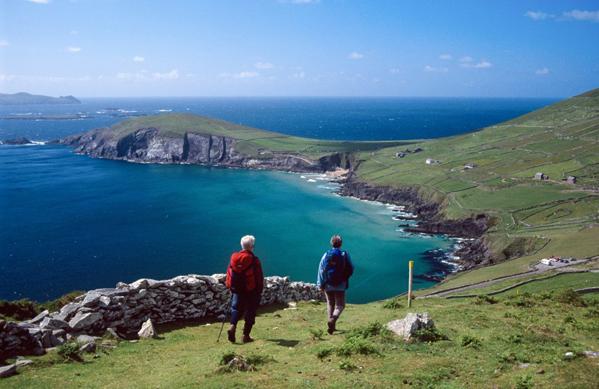 Wanderer genießen auf der Dingle Halbinsel phantastische Aussichten und Panoramen. (Fotos Tourism Ireland)